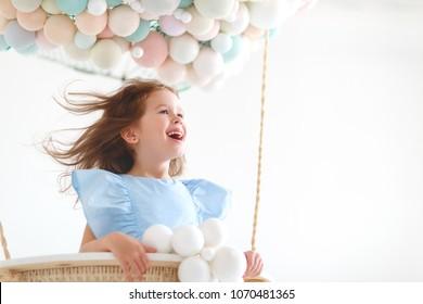 妖精の魔法の熱気球でかわいい魅力的な子供の女の子