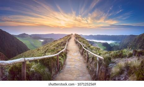 Berglandschap met wandelpad en uitzicht op de prachtige meren Ponta Delgada, Sao Miguel Island, Azoren, Portugal.