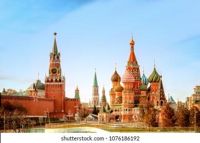 Moskauer Kreml und Basilius-Kathedrale auf dem Roten Platz in Moskau, Russland.