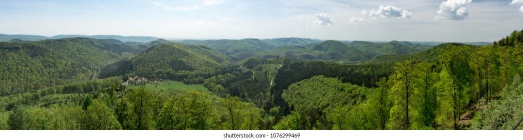 Panorma srednjeg gorja u Vosgesu na sjeveroistoku Francuske. Alsace regija sjeveroistočne Francuske. Pejzaž pun planina, cveća, drveća, sunca, sela i šuma.