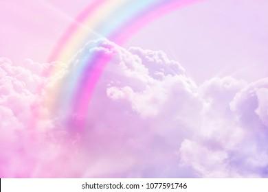 weiße Regenbogenphantasiewolkenhintergrund flauschige weiße Himmellandschaft mit sonnigen Strahlen. Pastellfarben träumt Einhorn-Konzept