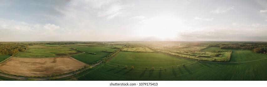Vista panorámica desde un zumbido al atardecer sobre campos verdes de Schwarzenbek Alemania