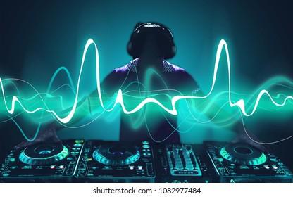 Porträt eines selbstbewussten jungen DJ mit Kopfhörern