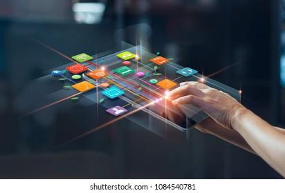 モバイル決済、デジタルマーケティングを使用する手。銀行ネットワーク。オンラインショッピングと仮想画面上のアイコン顧客ネットワーク接続、ビジネス技術の概念