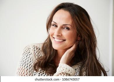 カメラに向かって笑顔のブルネットの女性