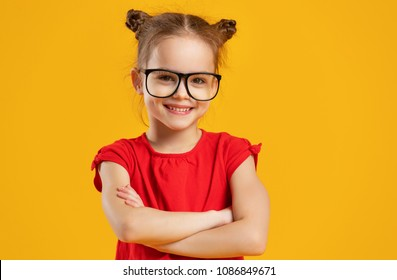 lustiges Kindermädchen, das Brille auf einem farbigen Hintergrund trägt
