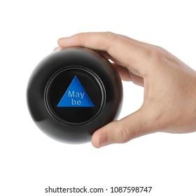 Bola mágica con predicción Tal vez en mano aislado sobre fondo blanco.