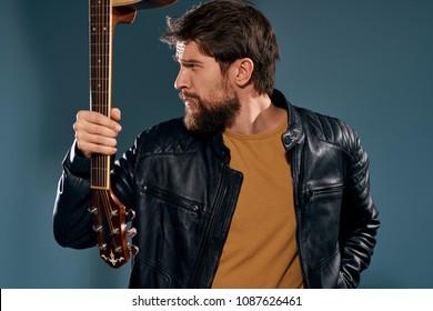 男は逆さまに彼のギターを持っています。