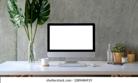 Computadora de escritorio de maqueta de espacio de trabajo y cosas sobre mesa de madera blanca.