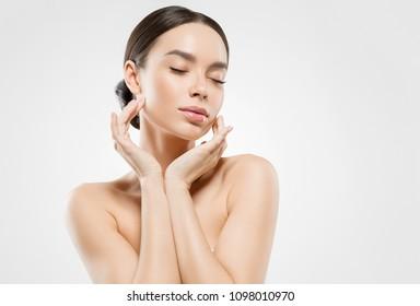 Mujer de belleza asiática aislada en el cuidado de la piel blanca hermoso retrato femenino