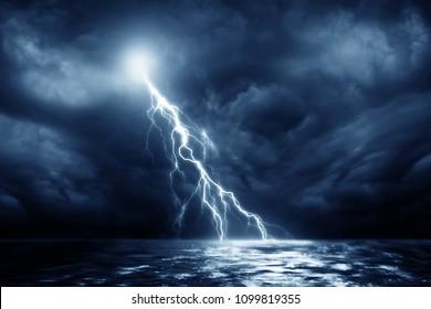 Gewitter über Schwarzem Meer in der Nähe
