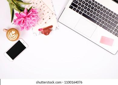 Girly Büro Desktop mit schwarz-weißen Laptop-Tastatur, rosa Pfingstrosen Blumenstrauß, Tasse Kaffee, Handy mit leerem Bildschirm, Smartphone, Stift, Zubehör. Hintergrund flach liegen, Kopierraum, Nahaufnahme