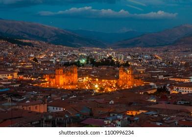 南米ペルー、インカの聖なる谷、クスコのクエスタサンタアナからのアルマス広場の夕日の眺め。