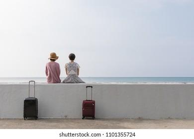 Una joven que disfruta viajando por Okinawa