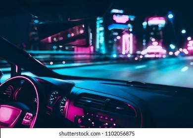 Autogeschwindigkeitsfahrt auf der Straße in der Nachtstadt. Retro Welle Neon Noir Lichter Farbtonung