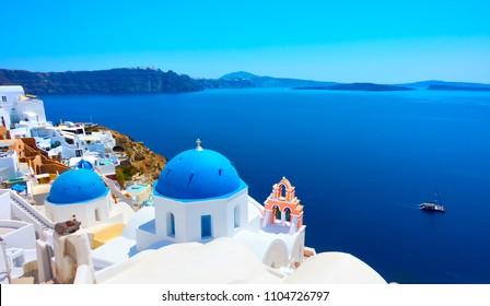 ギリシャ、サントリーニ島のイアにある青いドームと海のあるギリシャ正教会のパノラマビュー