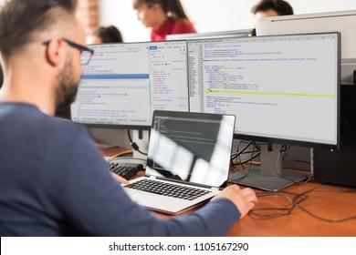 Entwicklung von Programmier- und Codierungstechnologien. Website design. Programmierer, der in einem Büro eines Softwareentwicklungsunternehmens arbeitet.