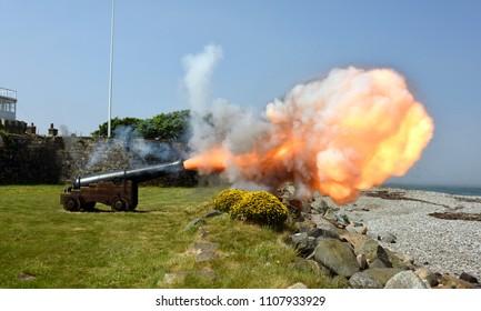 Historisches Kanonenfeuer auf Fort Belan in Wales, Großbritannien
