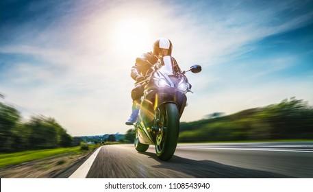 moto en la carretera a caballo. divirtiéndose conduciendo por la carretera vacía en un viaje en motocicleta. copyspace para su texto individual.