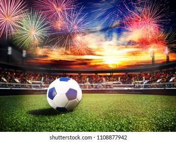 Fuegos artificiales sobre el estadio de fútbol como juego final ganador
