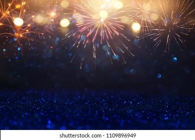 abstrakter goldener, schwarzer und blauer Glitzerhintergrund mit Feuerwerk. Heiligabend, 4. Juli Urlaubskonzept