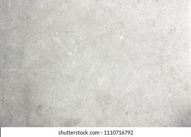 Moderne verblassen weiche graue Farbe Kalkstein Material Textur Hintergrund in flachen weißen Licht Beton Stein Festung Tapete. Graues Tischbodenkonzept nahtloses Marmorschreibtischgranit-Stuckmuster.