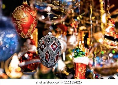Decoraciones de vidrio para árboles de Navidad en el mercado nocturno de Gendarmenmarkt en invierno de Berlín, Alemania. Feria de Adviento y puestos de bazar con artículos de artesanía.