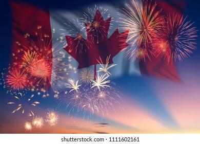Cielo de vacaciones con fuegos artificiales y bandera de Canadá, día de la independencia