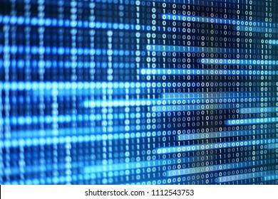 poder de los grandes datos. bit de información de código binario en la pantalla del monitor de la computadora. Texto de luz led número uno y cero. desenfoque desenfoque azul bokeh luz. conceptos de fondo de diseño gráfico de tecnología