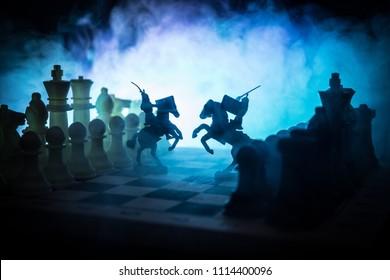 Mittelalterliche Kampfszene mit Kavallerie und Infanterie auf Schachbrett. Schachbrettspielkonzept von Geschäftsideen und Wettbewerbs- und Strategieideen Schachfiguren auf einem dunklen Hintergrund mit Rauch und Nebel.