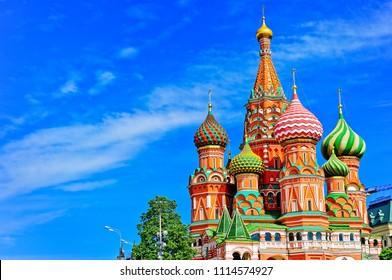 Vista de la catedral de San Basilio en la Plaza Roja en verano en Moscú, Rusia.