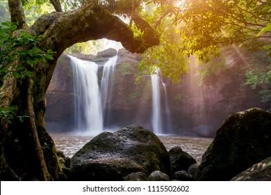 Schöner Wasserfall mit Sonnenlicht im Dschungel, Haew Suwat Wasserfall.