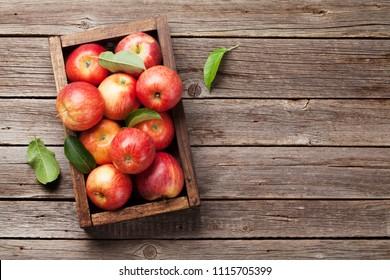 木製の箱に熟した赤いリンゴ。テキスト用のスペースがある上面図