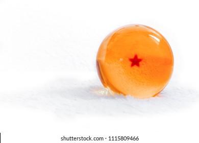 白い背景の上の1つの星と黄色のクローズアップクリスタルドラゴンボール。