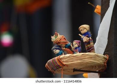 Traditionele Guatemalteekse poppen, quita penas, in rieten manddecoratie