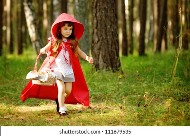"""la niña corre por el bosque. el cuento de hadas """"Caperucita Roja"""""""