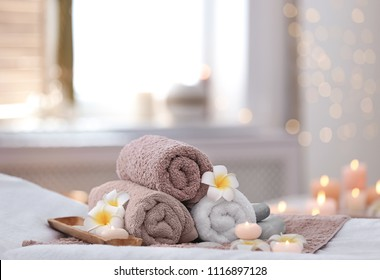 Hermosa composición de spa en la mesa de masaje en el centro de bienestar