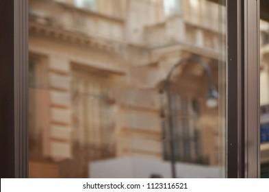 モックアップ用の空の空白のショップウィンドウ。都市のファサードの反射。