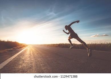 通りに走者がいる男が運動のために走っている。