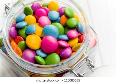 el caramelo de colores en frasco de vidrio