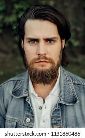 ジャレッド・レトに似たあごひげを生やした笑顔の長髪の男のクローズアップの肖像画