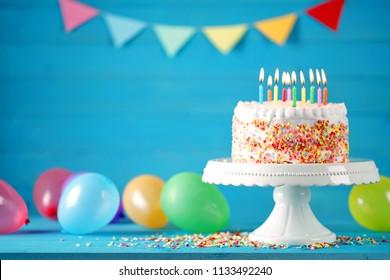 Pastel de feliz cumpleaños con decoración de globos de colores. Tarjeta de cumpleaños.