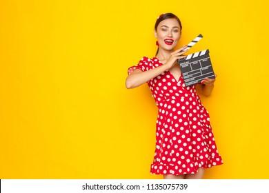 Frau mit Filmklappe. Junges Retro-Pin-up-Girl