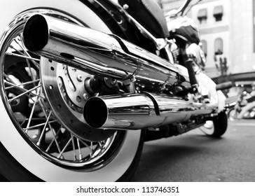 motocicleta con doble escape