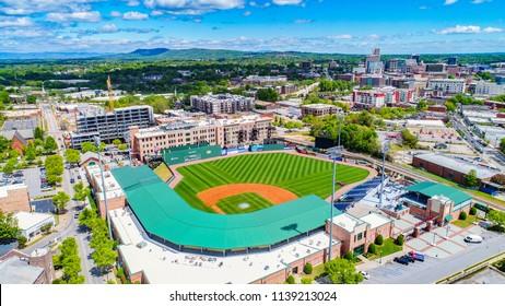 サウスカロライナ州サウスカロライナ州グリーンビルのダウンタウンにあるグリーンビルドライブ野球場とスカイライン