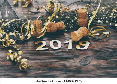 Feliz año nuevo 2019. Símbolo del número 2019 sobre fondo de madera.