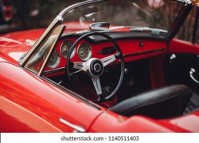 Retro Auto Rallye. Französische Riviera. Nizza - Cannes - Saint-Tropez. Rotes Retro-Autokonzept.