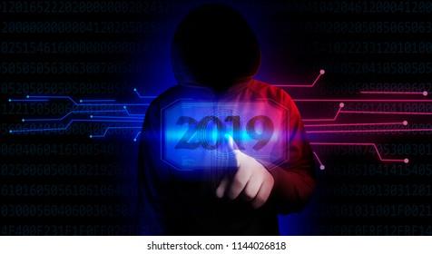 Beschütze deine Privatsphäre. Neonlicht, ein Hacker, eine zusätzliche Realität in Form einer holographischen Anzeige. Persönliches Wachstum. Neues Jahr 2019