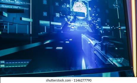Nahaufnahme des Computerbildschirms mit laufendem Ego-Shooter-Online-Videospiel. Stilvolle High-End-Grafikunterhaltung.