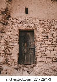 Hier sehen Sie eine Tür eines heruntergekommenen Gebäudes in Afrika. Dieses Gebäude gehört derzeit niemandem. Nichts, was es überhaupt identifiziert. Und keine Schriften dazu.